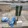 Bustoni di indifferenziato abbandonati sul lungomare Esercito Italiano