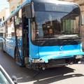 Perde il controllo dell'autobus e si schianta sulle auto in sosta