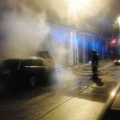 Fiamme sul cofano: incendiata una Ford Focus