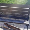 L'altra faccia del Capodanno: danneggiata una panchina in piazza