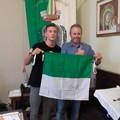 Depalma dona la bandiera di Giovinazzo a Dell'Olio