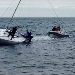 Barca incagliata, salvati tre diportisti