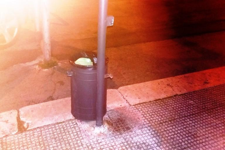 Il cestino spaccato in piazza Garibaldi