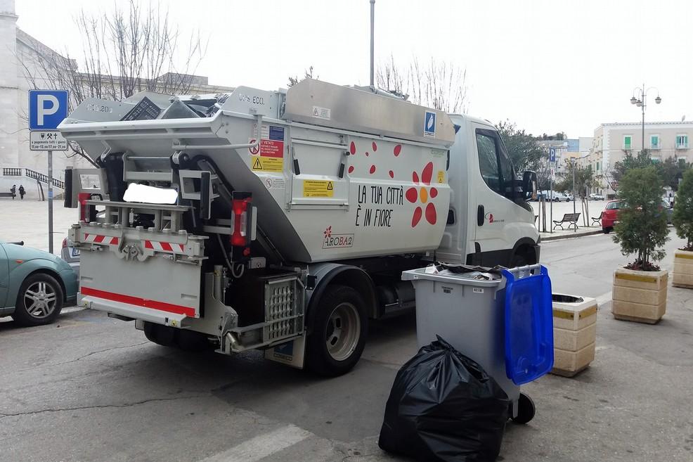 Un mezzo per la raccolta rifiuti. <span>Foto Gianluca Battista</span>
