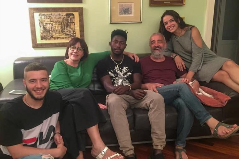 La famiglia Turturro con il giovane rifugiato