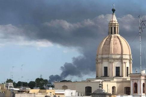 Il fumo nero visibile a Giovinazzo. <span>Foto Nico Bavaro</span>