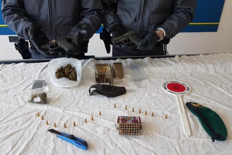 Le armi, la droga e gli esplosivi sequestrati dalla Guardia di Finanza