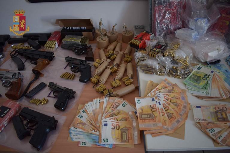 La droga e le armi sequestrate dalla Polizia di Stato