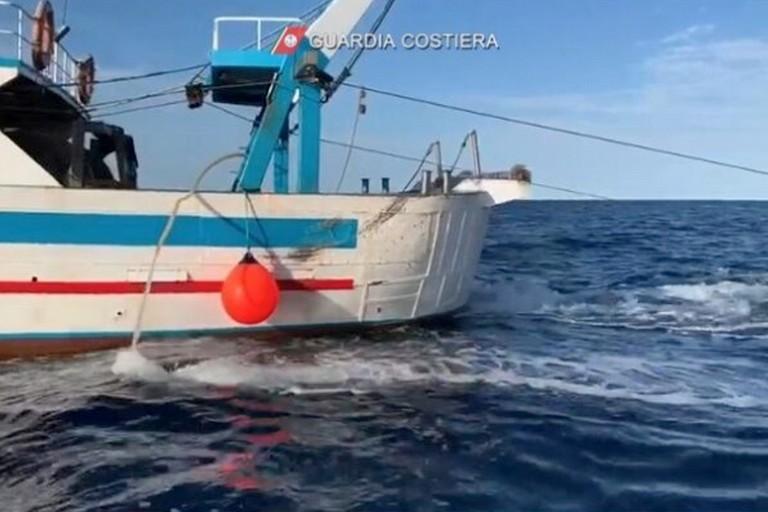 Il peschereccio sanzionato dalla Guardia Costiera