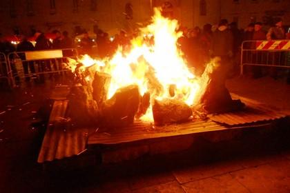 Arde il fuoco in piazza. <span>Foto Gabriella Serrone</span>