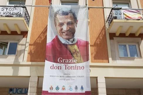 Gigantografia di don Tonino su Palazzo di Città
