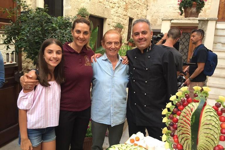 Mimmo Bavaro posa con Bevilacqua e la famiglia