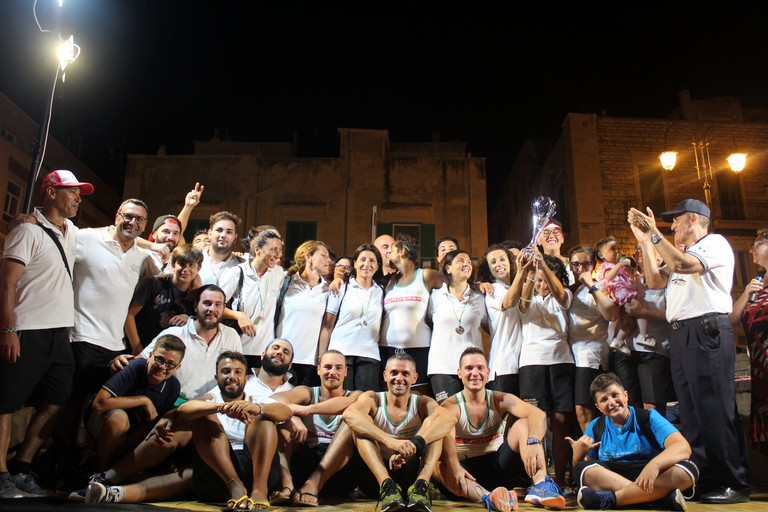 Uomini e donne a far festa insieme (Foto Gianluca Battista)