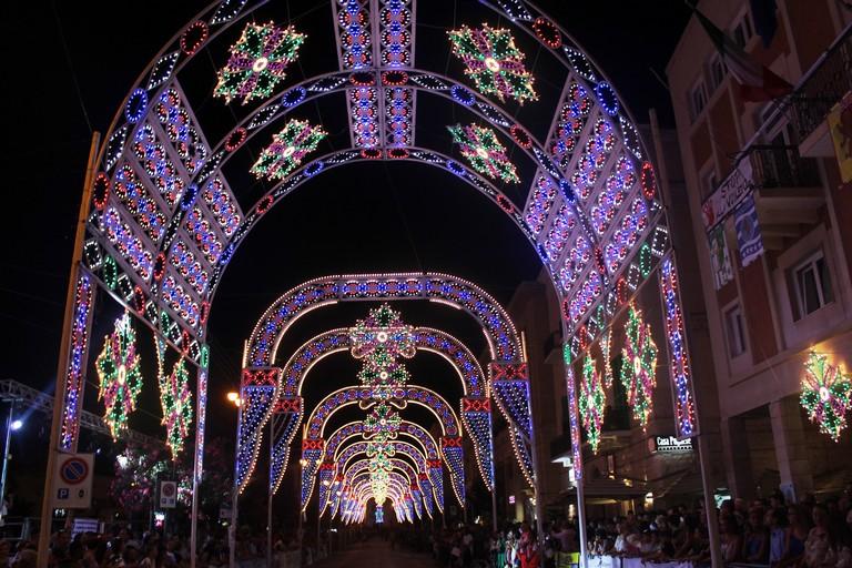 L'illuminazione in piazza. <span>Foto Gianluca Battista</span>