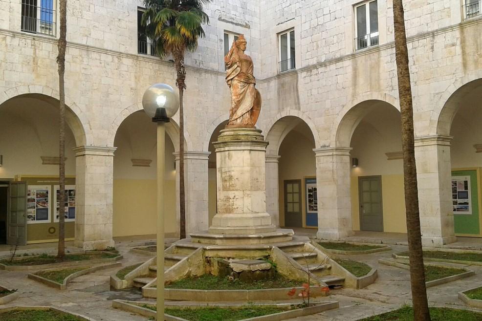Il chiostro della Cittadella della Cultura. <span>Foto Gianluca Battista</span>