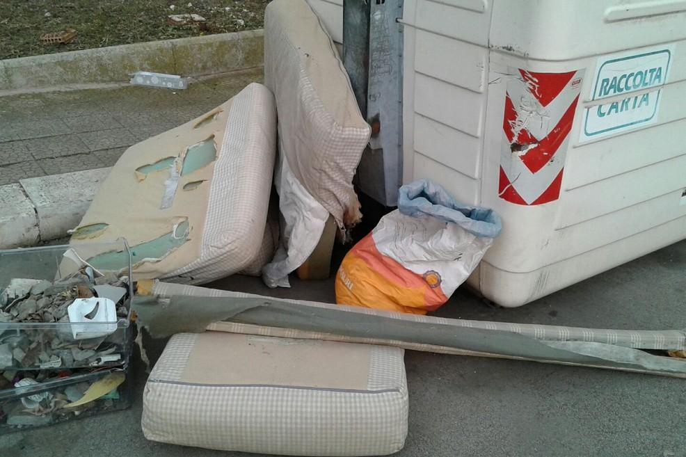 Il divano abbandonato. <span>Foto Gabriella Serrone</span>