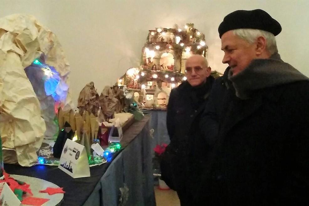 Il Vescovo in visita alla mostra di presepi