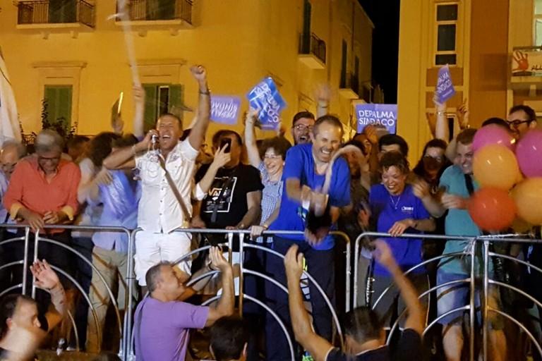 La festa sul palco in piazza