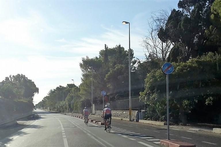 Ciclisti imprudenti lungo la ex statale