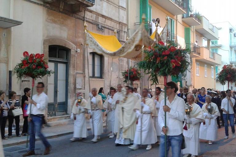 Il passaggio del Corpus Domini. <span>Foto Gabriella Serrone</span>