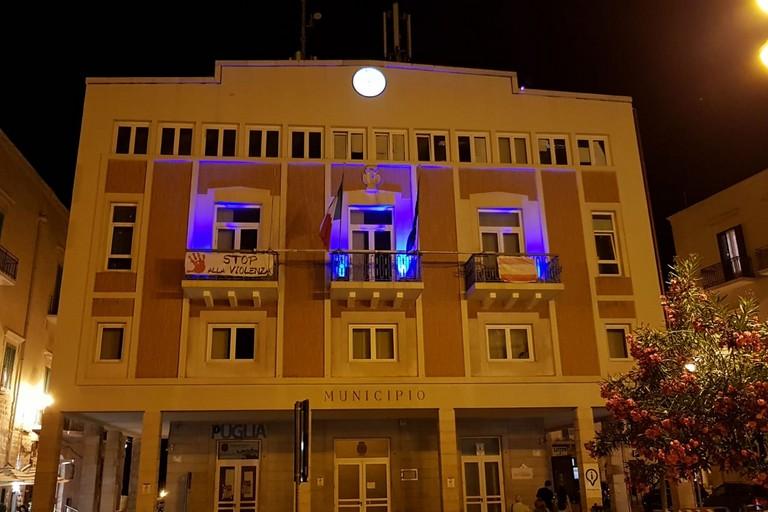 Palazzo di Città si illumina contro il cancro alla mammella. <span>Foto Marzia Morva</span>
