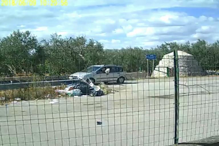 Beccato da foto trappola un 'lanciatore' di sacchetti di rifiuti
