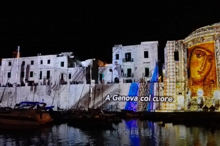 Col cuore a Genova (Foto Giuseppe Dalbis)