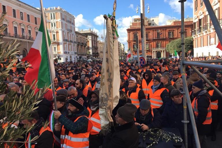 Gilet arancioni in piazza a Bari