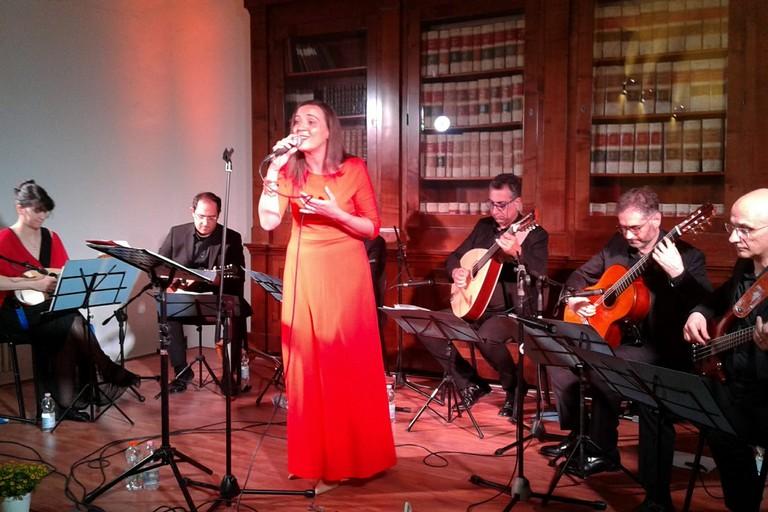 Mariangela Di Capua accompagnata dai mandolini. <span>Foto Gabriella Serrone</span>