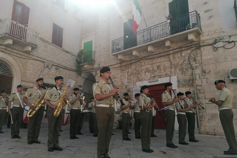 La Brigata Pinerolo in piazza Umberto I. <span>Foto Giuseppe Dalbis</span>
