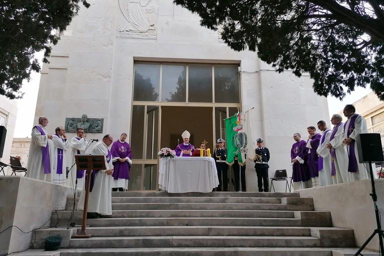 Mons. Cornacchia celebra messa al cimitero. <span>Foto Giuseppe Dalbis</span>