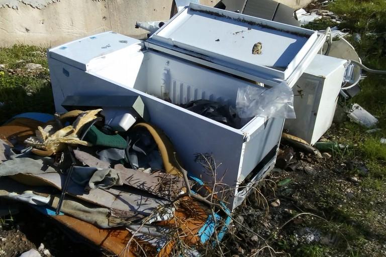 Elettrodomestici abbandonati. <span>Foto Gabriella Serrone</span>