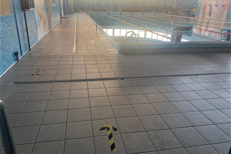 Ingressi e percorsi scanditi in piscina. <span>Foto Giuseppe Depergola</span>