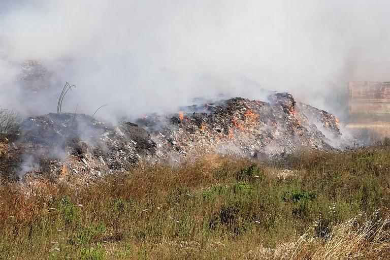 L'incendio nella discarica di Giovinazzo