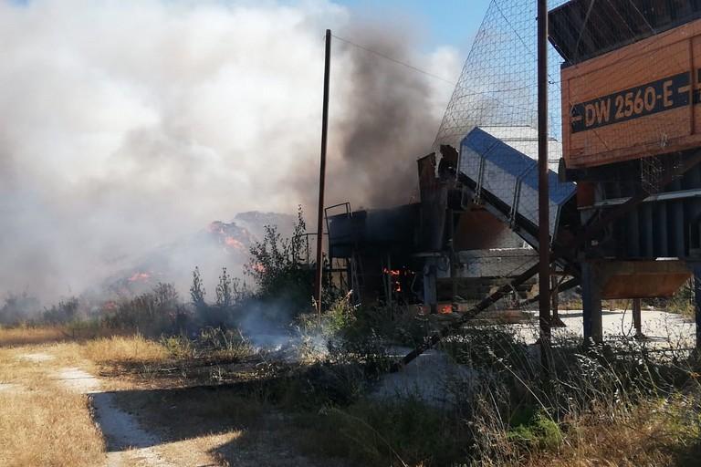 Montagne di rifiuti a fuoco nella discarica di San Pietro Pago