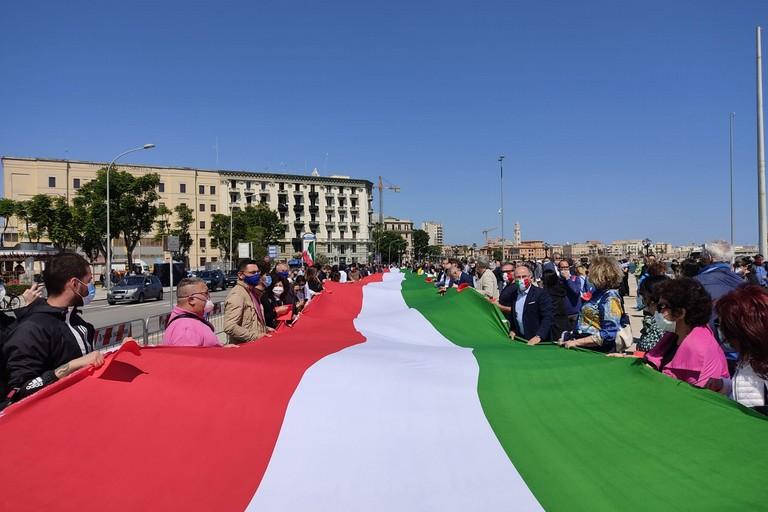 Tricolore in largo Giannella. <span>Foto BariViva</span>