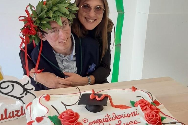 Luca Mongelli con la mamma Tina Turturro