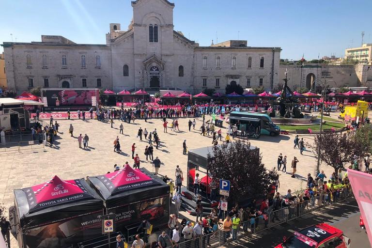 Il Giro d'Italia in piazza Vittorio Emanuele II. <span>Foto Giuseppe Dalbis</span>