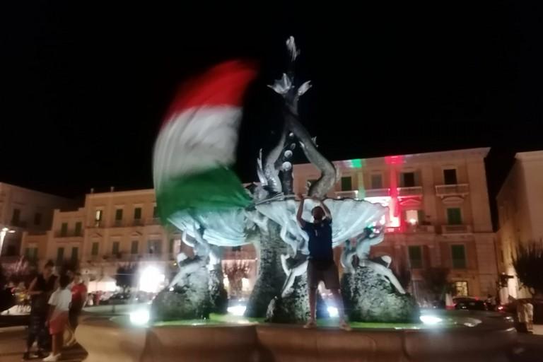 Il tricolore sventola sulla Fontana dei Tritoni