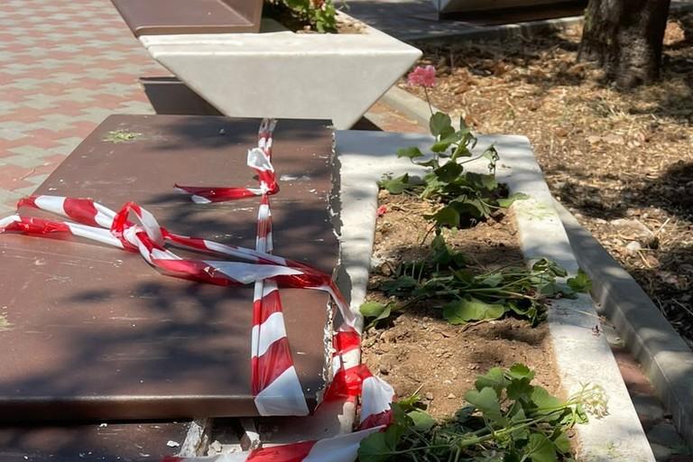Panchina devastata in piazza Stallone