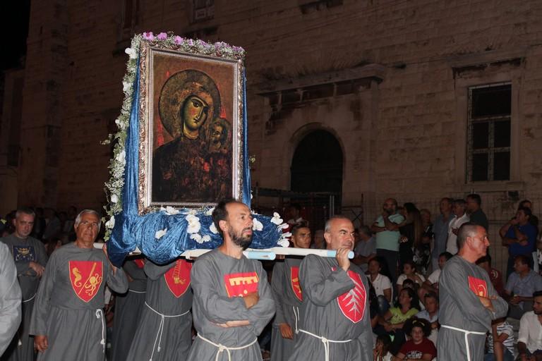Il quadro della Madonna in corteo. <span>Foto Gianluca Battista</span>