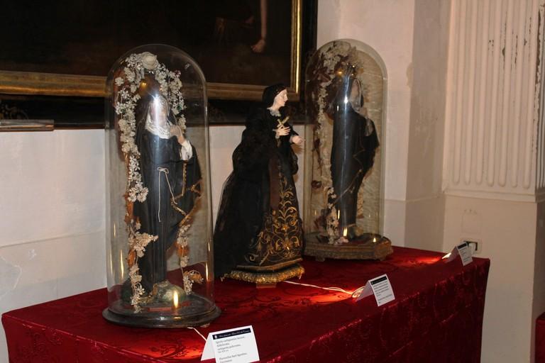 Le campane di vetro devozionali. <span>Foto Gianluca Battista</span>