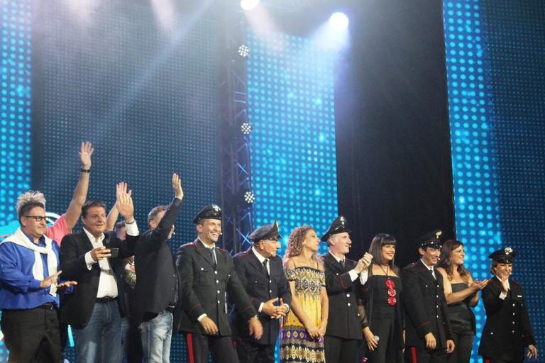 Tutti sul palco per l'applauso finale. <span>Foto Gianluca Battista</span>