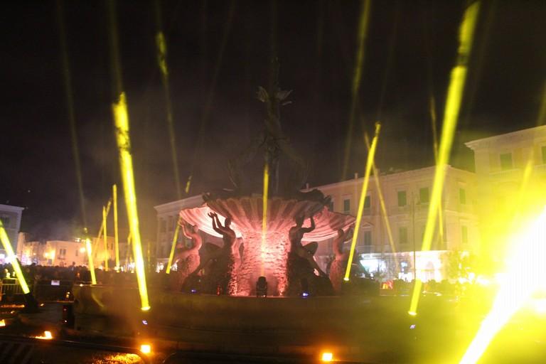 La Fontana dei Tritoni illuminata. <span>Foto Gianluca Battista</span>