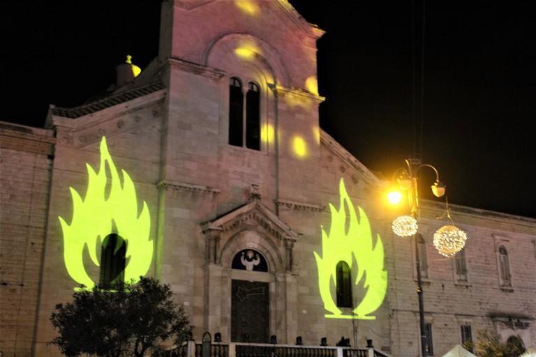 Fuochi proiettati sulla facciata di San Domenico. <span>Foto Gianluca Battista</span>