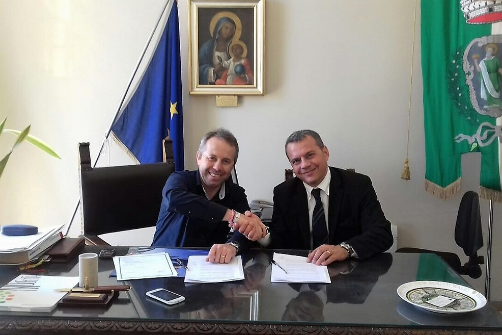 La stretta di mano dopo la firma (Foto Ufficio Stampa Comune di Giovinazzo)