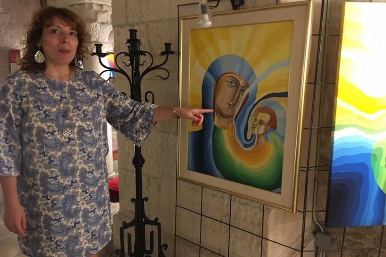 L'artista con una sua opera. <span>Foto Marzia Morva</span>