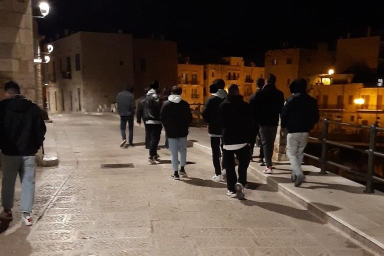 Giovani in gruppo su via Marina. <span>Foto T.D.</span>