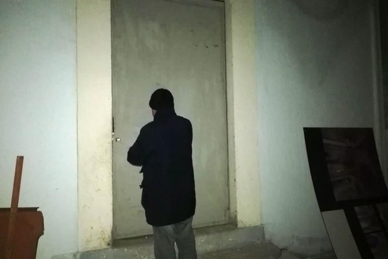 La porta dell'archivio comunale richiusa
