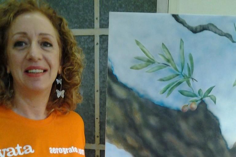 Katia Gentile con un suo quadro